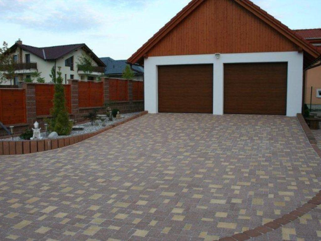 Mosaic paving with a border of palisades