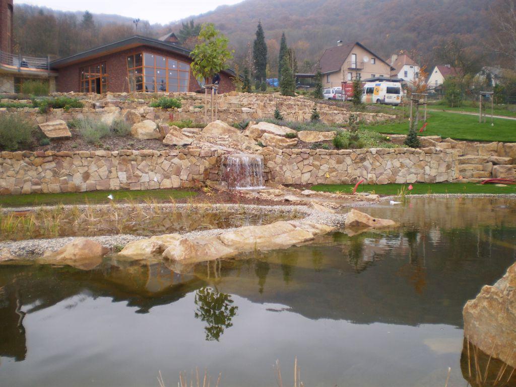 Ornamental retaining walls made of facing stone