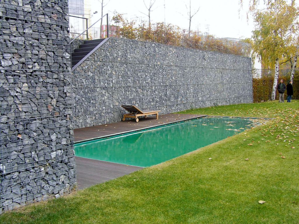 Gabion retaining wall to compensate for the high elevation of the land