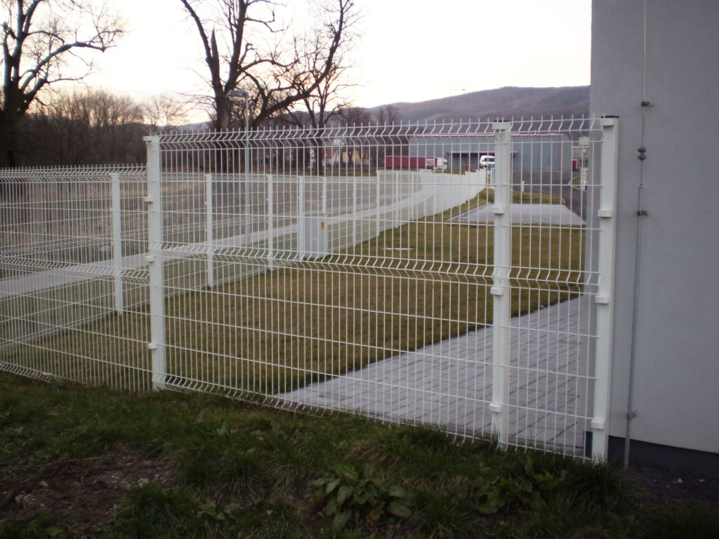 Production hall fencing made of 3D net elements