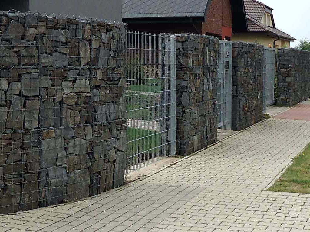 Noise and view fence made of gabion nets