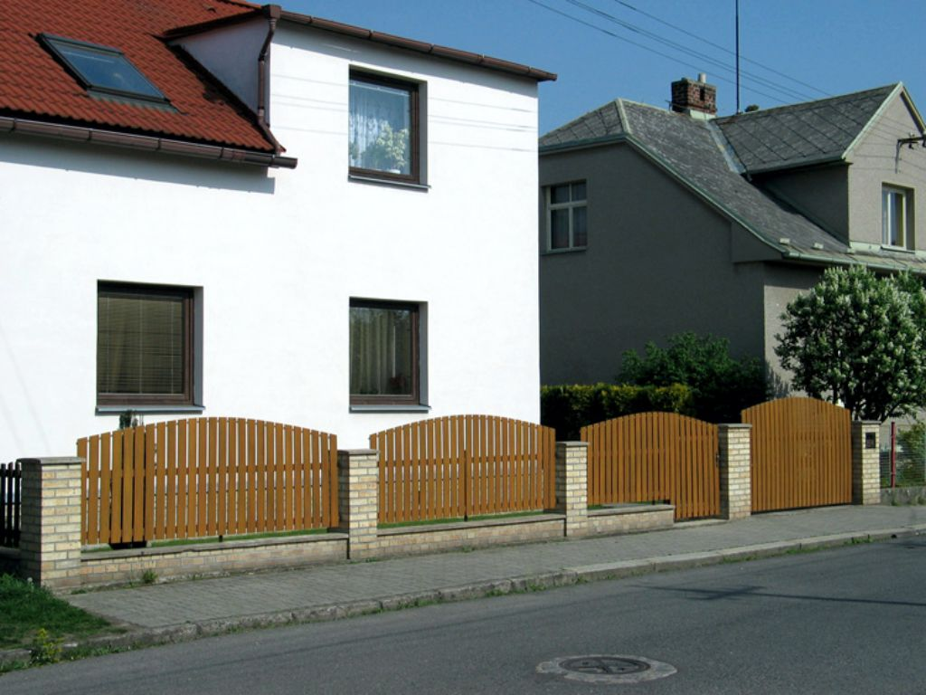 Reconstruction of a wooden fence for a plastic one