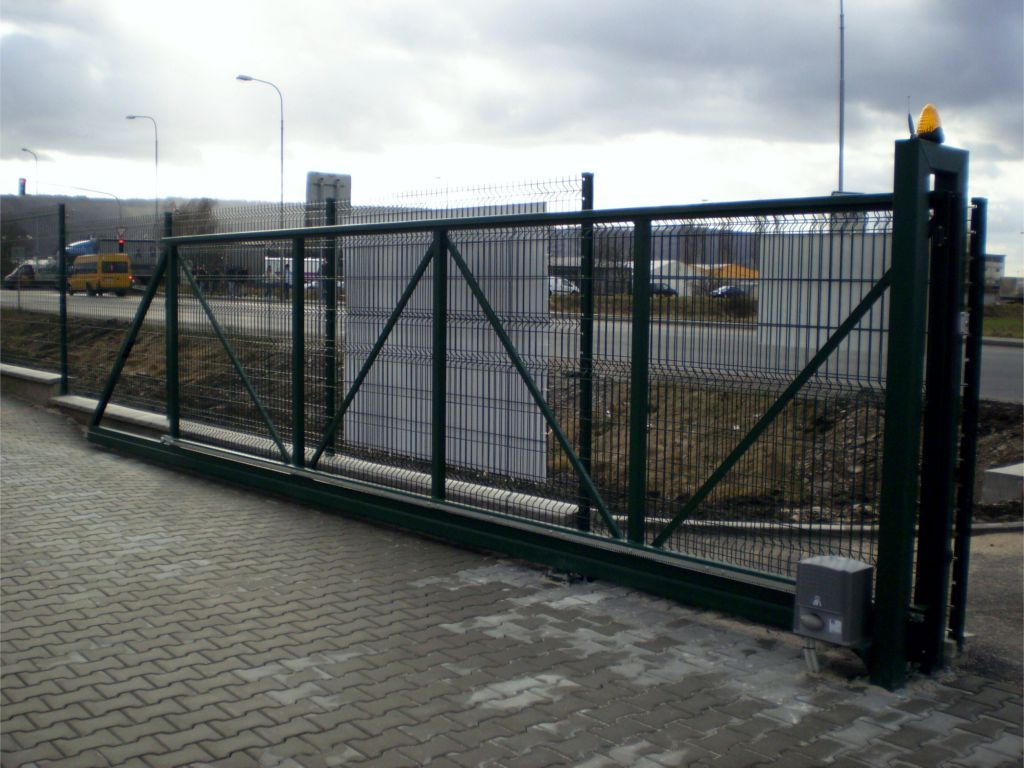 Self-supporting entrance gate for automatic drive