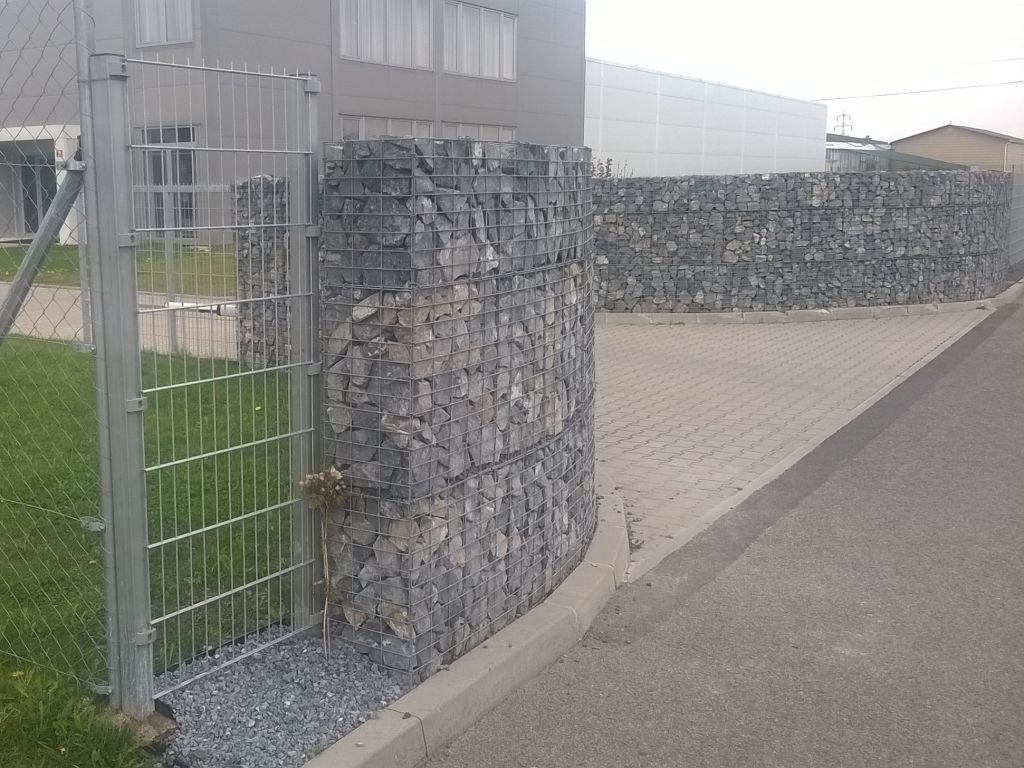 Entrance entrance made of gabion elements in an elegant design