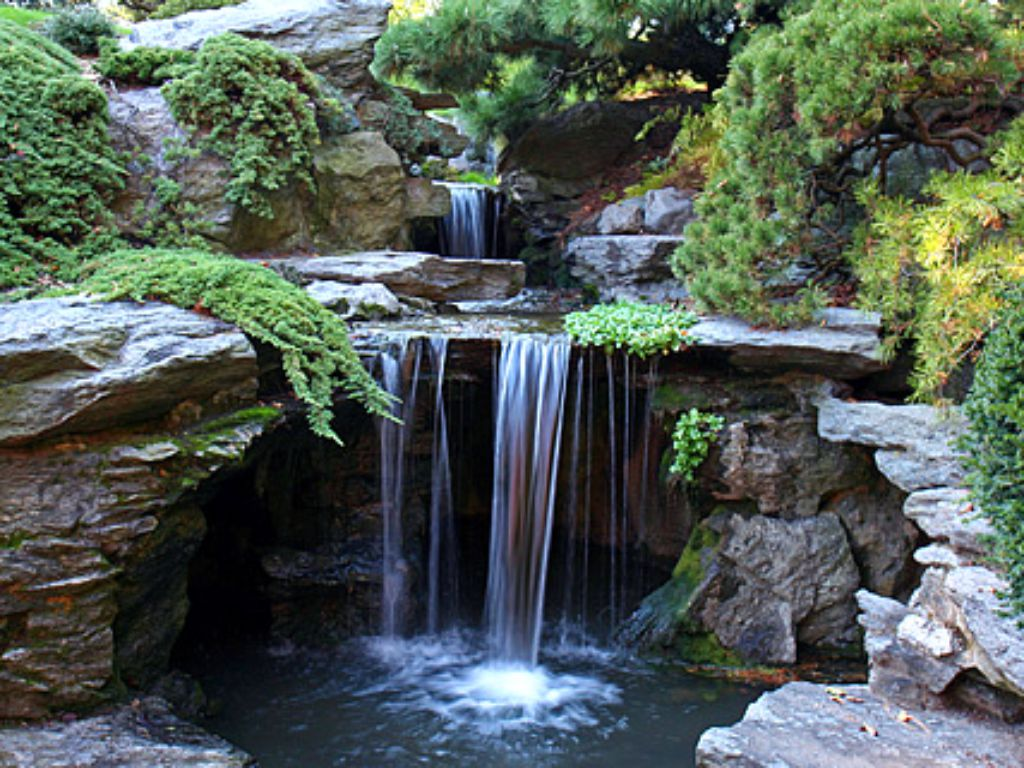 The sound of water gives the space an echo of nature
