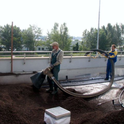 Transport of roof substrate on the roof of garages in Prague
